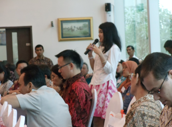 LSPR lecturer Ms. Gracia Paramitha asking questions during the panel discussion Q&A session.