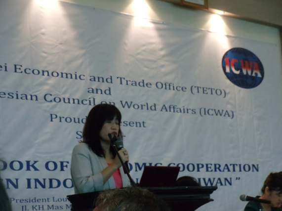Dr. Kristy Hsu delivers a presentation on The AEC and Taiwan – Indonesia Economic Partnership : A Taiwan Business Perspective.